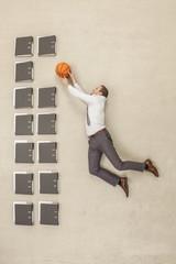 Geschäftsmann,  Basketball legen auf Aktenordner