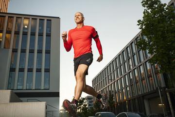 sportlicher Mann auf Treppen laufen