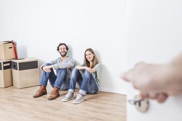 Paar sitzt auf Boden