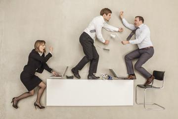 Geschäftsleute kämpfen auf Büro-Schreibtisch