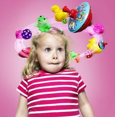 Kleines Mädchen mit fliegenden Spielzeugen um ihren Kopf, Composite