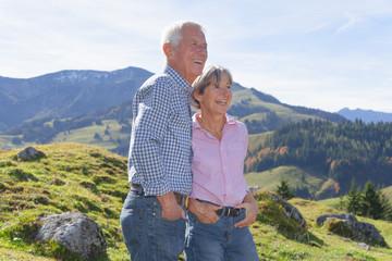 Deutschland, Bayern, Senioren Paar auf Bergwanderung in der Nähe von Wendelstein