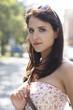 Polen, Warschau, Brunette junge Frau im Freien