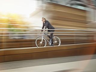 Deutschland, Köln, Mann fahren Fahrrad