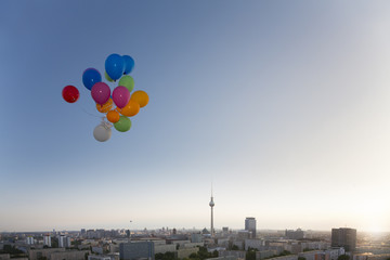 Deutschland, Berlin, Blick über die Stadt von der Dachterrasse mit Luftballons