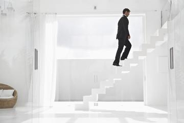 Spanien, Geschäftsmann Treppe hinaufsteigen