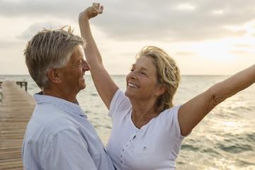 Spanien, Senioren Paar am Meer, umarmen