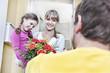 Deutschland, Köln, Mutter und Tochter, die Blumen vom Briefträger