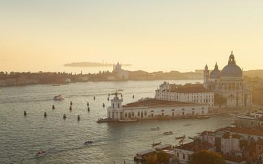 Italien, Venedig, Canal Grande und Santa Maria della Salute Kirche in der Abenddämmerung