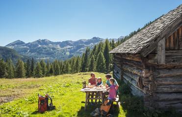 Österreich, Land Salzburg, Familie, Pause bei Altenmarkt Zauchensee