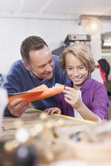 Deutschland, Leipzig, Vater und Sohn reparieren Spielzeug Flugzeug