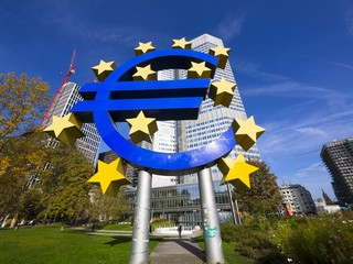 Deutschland, Hessen, Frankfurt am Main, Euro -Zeichen vor der EZB