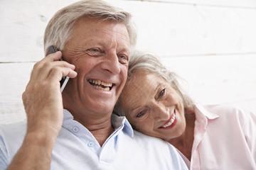 Spanien, Senior Paar im Gespräch über Handy
