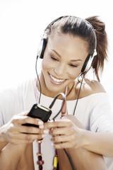 Deutschland, Junge Frau hören Musik mit Kopfhörer
