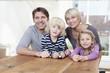Deutschland, München, Familie am Tisch sitzen