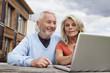 Deutschland, Nürnberg, Senior Paar mit Laptop