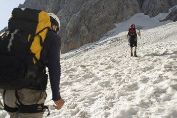 Deutschland, Bayern, Bergsteiger auf Schneefeld