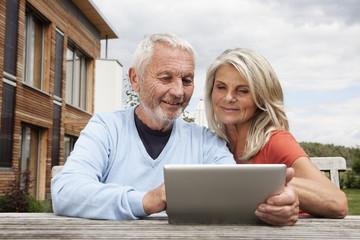 Deutschland, Nürnberg, Senior Paar mit Tablet PC