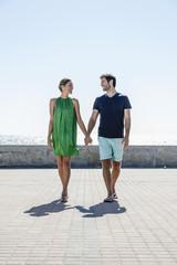 Spanien, Paar zu Fuß auf dem Bürgersteig