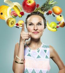 Junge Frau mit fliegenden Früchte um ihren Kopf, Composite