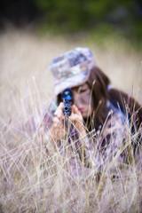 USA, Texas, Junge Frau mit Jagdgewehr