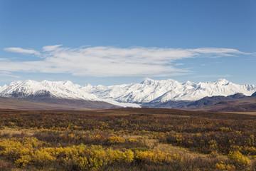 USA, Alaska, Landschaft entlang Denali Highway im Herbst mit Alaska Range