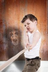 Deutschland, Brandenburg, Junge testet Stärke ziehen Zugseil