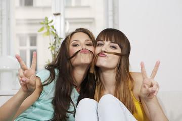 Deutschland, Berlin, Junge Frauen, die Spaß haben