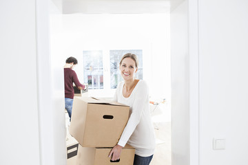 Frau Entladen von Kisten in ihrem neuen Haus