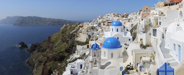 Griechenland, Santorini, Ansicht der klassischen weiß getünchten Kirche und der Glockenturm in Oia