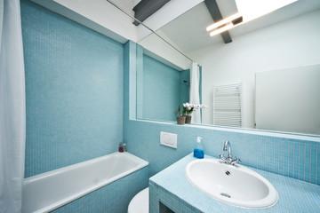 Deutschland, Badezimmer mit Mosaik-Fliesen