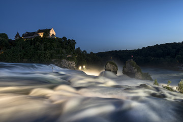 Schweiz, Schaffhausen, Ansicht der Rheinfall mit Schloss Laufen in der Nacht