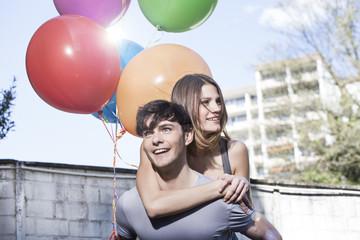 Deutschland, Köln, Junger Mann geben huckepack zu Frau