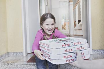 Deutschland, Köln, Mädchen, die Pizza-Kartons aus Lieferung Mann