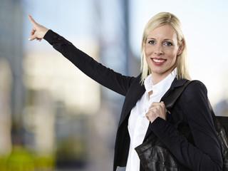 Portrait Geschäftsfrau, die auf etwas zeigt