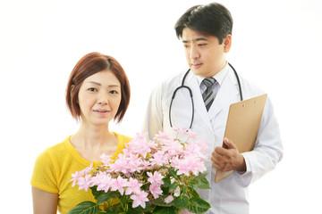 笑顔の医師と女性患者