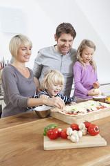 Deutschland, München, Familie Pizza vorbereiten in der Küche