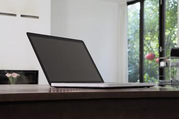 Deutschland, Berlin, moderner Laptop auf dem Tisch