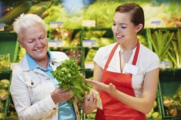 Deutschland, Köln, Damen mit Sellerie im Supermarkt