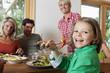 Deutschland, Nürnberg, Familie mit Mittagessen