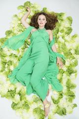 Junge Frau liegt auf Salat