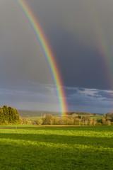 Deutschland, Rheinland-Pfalz, Ansicht Regenbogen in Landschaft