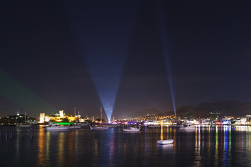 Türkei, Bodrum, Kumbahce Bay mit Schloss St. Peter in der Nacht