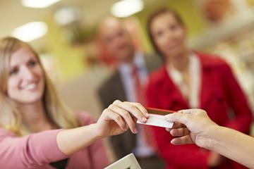 Deutschland, Köln, Menschen, nutzen Kreditkarte im Supermarkt