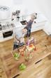 Deutschland, München, Familie Spaß in der Küche