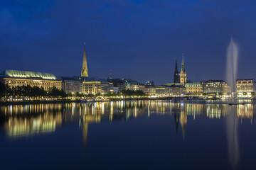 Deutschland, Hamburg, Blick auf Rathaus mit Binnenalster und Brunnen