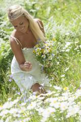 Österreich, Salzburg, Frau in der Wiese mit Blumen