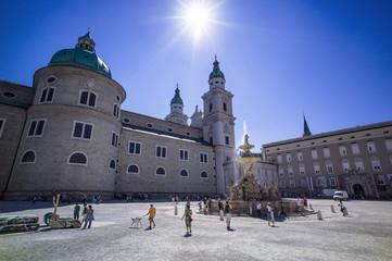 Österreich, Salzburg, Tourist am Residenzplatz und Brunnen