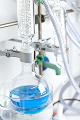 Deutschland, Blau Flüssigkeit in der Flasche in Chemielabor