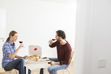 Paar trinkt Getränk im neuen Haus